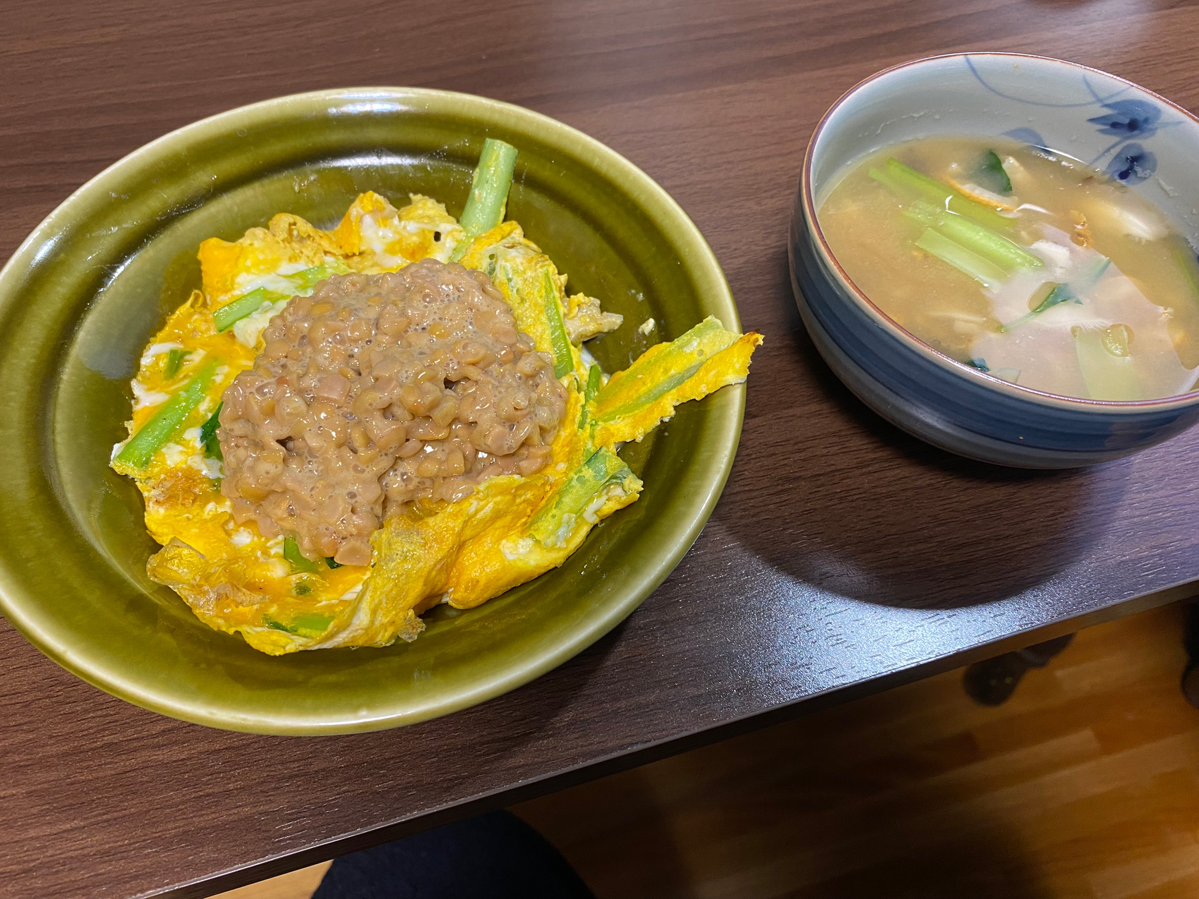 小松菜卵やきの上に納豆と味噌汁